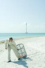 Ganzansicht,Mann,ziehen,Strand,Sonnenlicht,Abfall