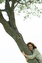Frau knuddeln Baum
