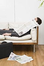 Kaufmann unter Zeitung schlafen