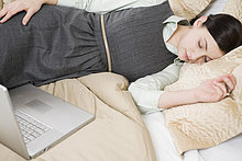 Geschäftsfrau schlafen neben laptop