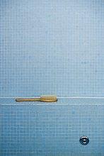 Ein Werk in ein blau geflieste Bad