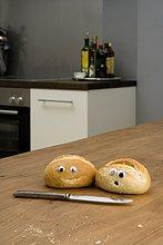 Brötchen,Brot,Kunststoff,2,Augapfel,Tisch