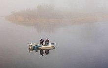 Angeln in nebelig Vermilion River im Morgengrauen. Ontario, Kanada