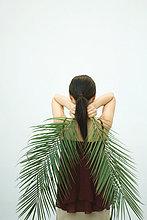 Palmenblatt,hinter,Rückansicht,Frau,halten