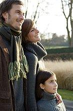 Mädchen mit ihren Eltern lächelnd