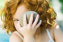 Mädchen hält bis Stein zu Gesicht