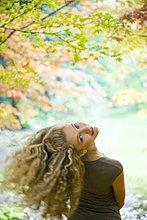Blond Frau im park