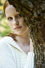 Junge Frau im Herbst Landschaft