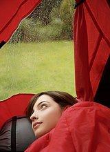 Nahaufnahme des jungen Teen Camper in Schlafsack hinlegen