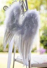 Close up of White Feather Flügel hängen von Gartenstuhl