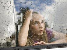Portrait eines jungen Mädchens Blick aus einem Autofenster