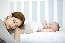 Mutter ruhelosigkeit Kopf neben schlafenden Kind, Augen geschlossen