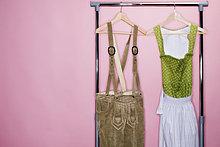 Bayerische Lederhose und Dirndl an Kleiderständer, Stilleben