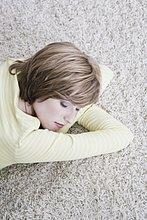 Interior, zu Hause ,Portrait ,Frau ,dösen ,Teppichboden, Teppich, Teppiche ,jung