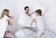 Familie Kopfkissen fight on bed