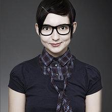 Portrait einer jungen Frau mit Hornbrille
