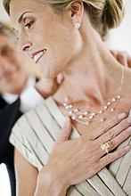 Man-in-Tuxedo Befestigung Halskette auf Frau
