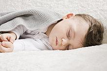 Baby schläft unter Decke