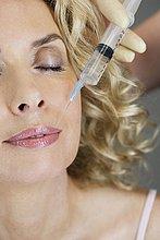 botox,Botolinumtoxin A,Frau,reifer Erwachsene,reife Erwachsene,Spritze,Spritzen,Mittelpunkt,Kollagen