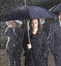 Menschen mit Dach, unter dem Regen