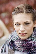 Portrait einer jungen Frau in Schal auf Herbsttag