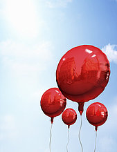 Rote Ballons im Himmel