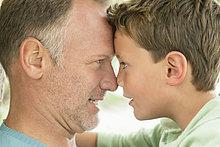 Mann und sein Sohn Nase reiben