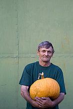 Porträt von Bauer hält Kürbis