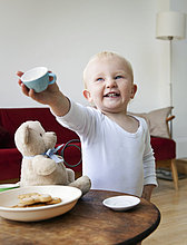 Tasse ,Junge - Person ,halten ,Tee