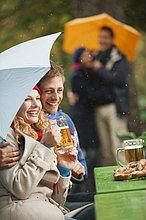 Portrait ,4 ,lächeln ,Mensch ,Regen ,Garten ,Bier ,Englischer Garten