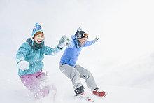 Italien, Südtirol, Seiseralm, Paar hält hände, springen