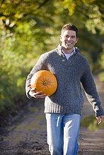 Lächelnd mann mit Kürbis Außenaufnahme