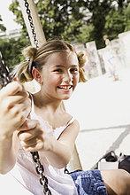 Porträt der jungen Mädchen sitzen auf Schaukel