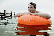 Portrait des Menschen Schwimmen mit schwimmenden Reifen