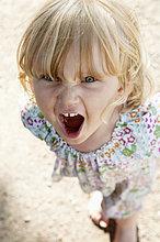 Little Mädchen Stand am Strand