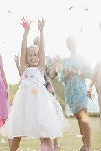 Fröhliches Blumenmädchen auf Hochzeitsfeier