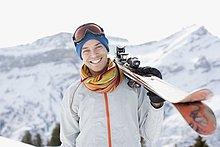 Mann trägt Skier