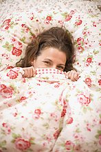 Frau ,verstecken ,Bett