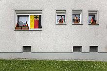 Deutsche Flaggen am Mehrfamilienhaus