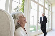 Elegantes Seniorenpaar im Wohnzimmer