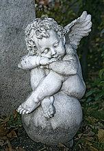 Schlafende Putte, Grabstein, Friedhof