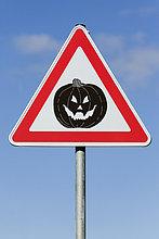 Symbolbild Achtung Halloween