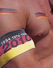 Deutscher Fußballfan mit Oberarmbinde und Fanbemalung beim Public Viewing während der Fußball WM 2010 beim Spiel Serbien gegen Deutschland vor dem Olympiastadion, Berlin, Deutschland, Europa
