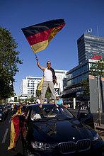 Fans jubeln nach dem Achtelfinale der Fußball WM 2010 mit einem Autokorso, Berlin, Deutschland, Europa