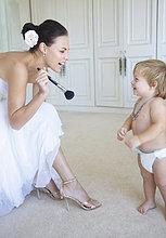 Braut lachen und spielen mit männliches Baby