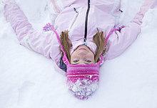 Mädchen tragen Rosa Woolly Hut im Schnee