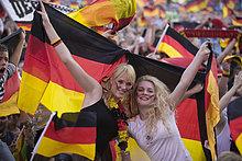 Weibliche Fans mit Deutschlandflagge schauen das Finalspiel der Fußball EM auf der Berliner Fanmeile, Berlin, Deutschland, Europa