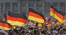 Fußballfans der deutschen Nationalmannschaft mit Flaggen auf dem Schlossplatz, Stuttgart, Baden-Württemberg, Deutschland, Europa
