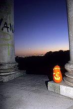 Halloweenkürbis am Monopteros in München Bayern Deutschland