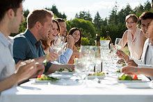 Volkspartei enjoying Abendessen im freien